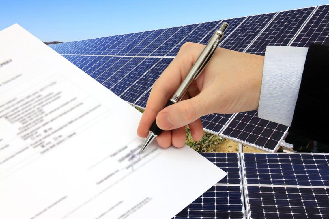 Eine Vertragsunterzeichnung für eine PV Analage